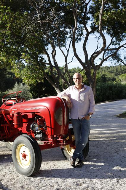 Anders Melldén på bilden står framför en Porschetraktor i Provence, vad hans bok handlar om får du snart veta..